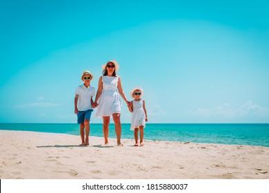 glückliche Familienmutter mit Sohn und Tochter am Strand