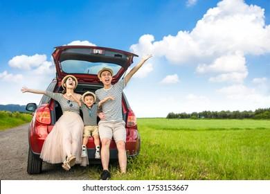 家族で楽しく車に乗り込んで。 夏休みを楽しむ
