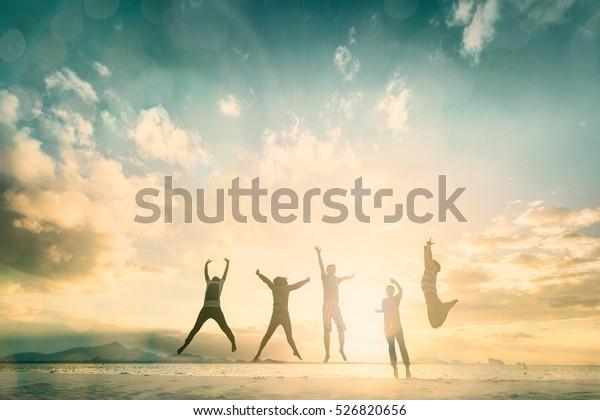 Glückliche Familie Menschen Gruppe feiert Sprung für gutes Leben am Wochenende Konzept für Sieg zu gewinnen, Person Vertrauen in finanzielle Freiheit gesunde Wellness, Great Versicherungs-Team Unterstützung Rückzug zusammen im Sommer.