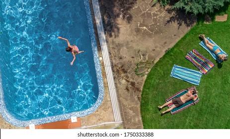 Schöne Familienentspannung am Pool, Draufsicht von oben von den Eltern und Kinder haben Spaß im Urlaub, Familienwochenende im Resort