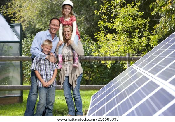 Gute Familie in der Nähe großer Solarpaneele
