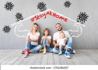 Fröhliche Familie bleibt zu Hause. Menschen halten Quarantäne, um eine Infektion zu verhindern. Gesunder Lebensstil und Korona-Virus COVID-19 globale Epidemie Konzept
