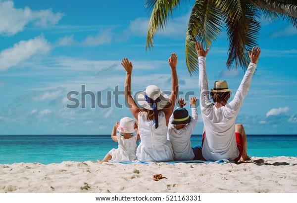 glückliche Familie mit zwei Kindern am Strand