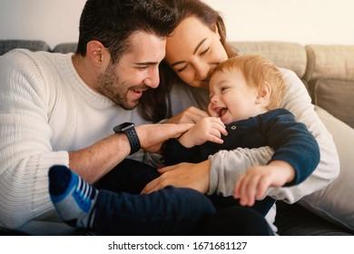 Fröhliche Familie mit jungen Kindern zu Hause Spaß. Natürlicher Flammenschlag aus dem Fenster. Lebensstil.