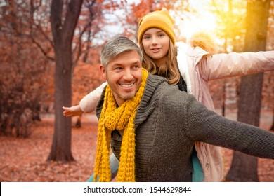 glücklicher Vater mit Tochter im Herbstpark
