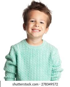 Счастливый пятилетний европейский мальчик позирует над белым фоном студии. Ребенок с большой улыбкой.