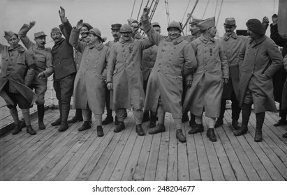 Happy French World War 1 soldiers on leave. 1915-18.
