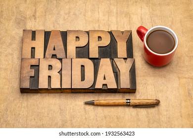 Mot du Joyeux vendredi abstrait en papier à lettres vintage type bois sur papier à texture fait main avec une tasse de café, salutations gaies, fin de semaine de travail