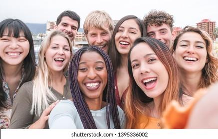 Fröhliche Freunde verschiedener Kulturen und Rassen, die fotografierende lustige Gesichter machen - Jugend, Jahrtausendgeneration und Freundschaftskonzept mit jungen Leuten, die Spaß haben