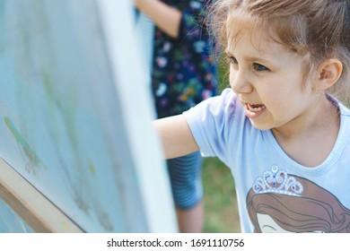 Happy Girl Pastelling auf sonnigem Hof