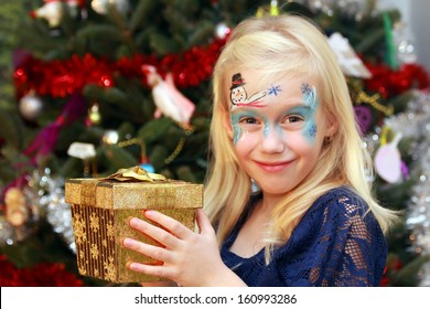 Happy little girl with the Christmas gift box