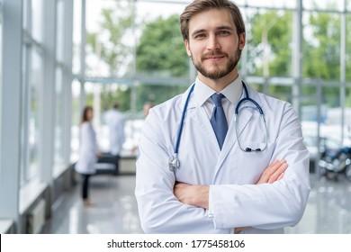 Porträt eines glücklichen männlichen Arztes im Krankenhaus
