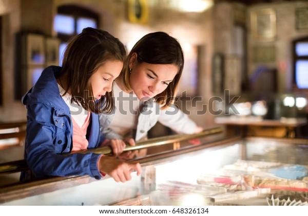 Schöne Mutter und Tochter, die Ausstellungen von vergangenen Jahrhunderten im Museum erkunden