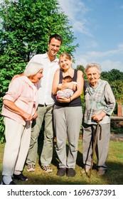Une famille de plusieurs générations heureuse avec un nouveau-né en plein air - Kempen, Allemagne