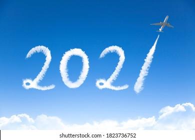 Happy New Year 2021 Konzept. Wolkenzeichnung im Himmel