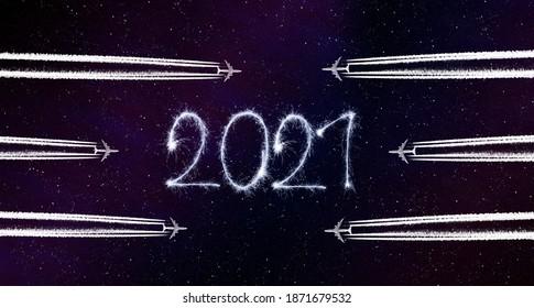 Happy New Year Konzept. Fliegendes Flugzeug und 2021 schrieb mit Funkern am Nachthimmel.