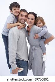 pais felizes dando crianças piggyback experiências no Casa
