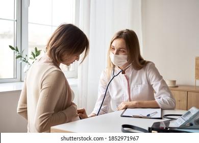 Gute Schwangere besuchen Gynäkologe im Krankenhaus oder in der medizinischen Klinik für schwangere Berater. Der Arzt untersucht schwangere Bauchmuskulatur auf die Untersuchung des Gesundheitszustands bei Säuglingen und Mutter. Gynäkologie-Konzept.