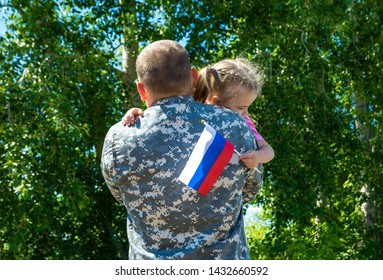Happy reunion of soldier from Russia with family, daughter hug father