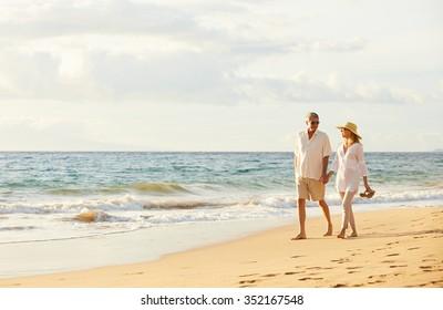Happy Romantisches Mittelalter Paar geniessen Schöne Sunset Walk am Strand. Reiseurlaub Altersruhestand Lifestyle Konzept