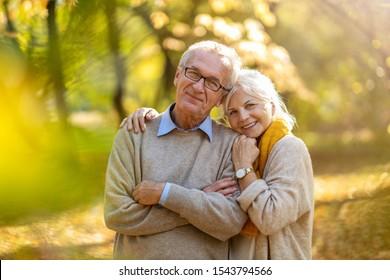 Schönes Seniorenpaar im Herbstpark