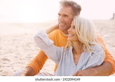 Fröhliches Seniorenpaar verbringt Zeit am Strand. Konzepte über Liebe, Vorrangigkeit und Menschen