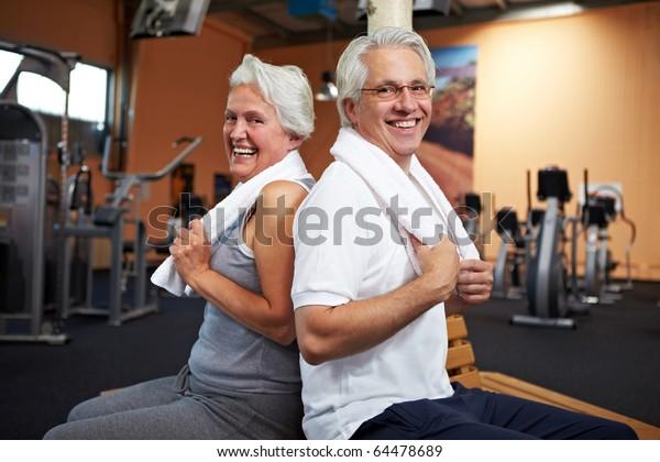 Happy Senior Paar mit Handtücher im Fitnessraum
