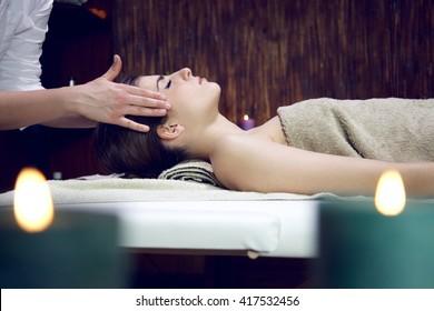 feliz dormindo relaxante mulher no spa