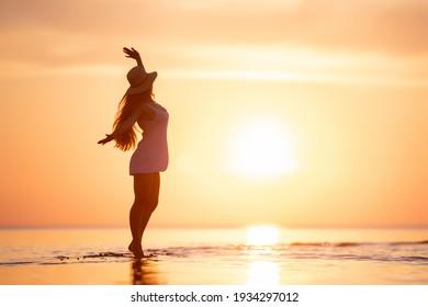 Happy Slim Damen Silhouette tanzt an ruhiger Sonnenuntergang Strand