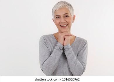 Happy Lächeln Senior Woman Portrait auf weißem Hintergrund. Fühlen Sie sich dankbar Emotion