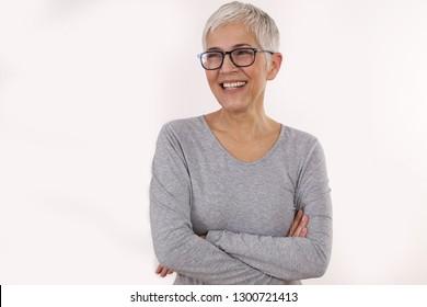Happy Lächeln Senior Woman Brille auf weißem Hintergrund.