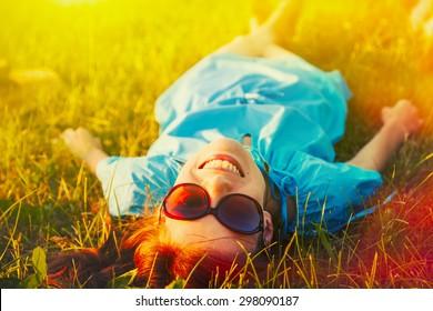 femme joyeuse et souriante se reposant dehors