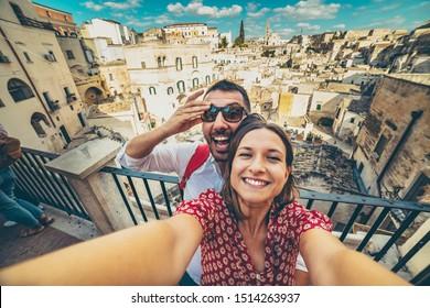 glücklicher Tourist Reisen im Süden von italy, posieren in einem Selfie-Foto in Matera, Basilicata, Unesco-Standort, Hauptstadt der Kultur 2019