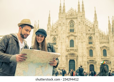 Happy tourists sightseeing city with map - Couple traveling in Italy