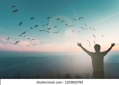 Der glückliche Reisende steigt Hand auf Morgenblick. Christian inspirieren Gott auf gutem freitaglichem Hintergrund. Nun ein Mann Selbstvertrauen auf den Gipfel der Natur genießen das Sonnenkonzept Welt Weisheit Spaß Hoffnung