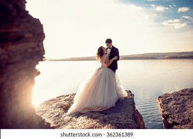 glückliches Hochzeitspaar am Rande der Welt. Hochzeit
