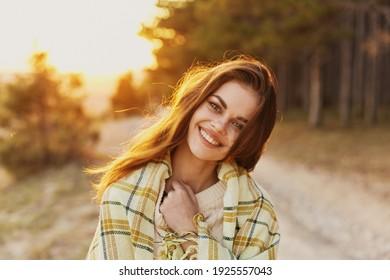 Fröhliche Frau mit Brot auf ihren Schultern lacht Blick vor und Sonnenuntergang auf dem Hintergrund