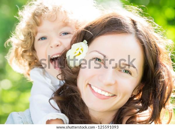 Fröhliche Frau und Kind im Frühlingspark
