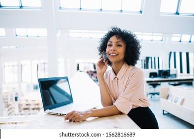 Happy Frau fühlen sich gut von Online-Kommunikation mit Geschäftspartnern mit Anwendung und 4g drahtlos auf Handy für Smartphone-Anruf, fröhliche schwarze weibliche Geschäftsführerin