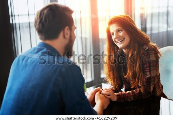 初めてのデートで幸せな女性とハンサムな男性が感情を表す