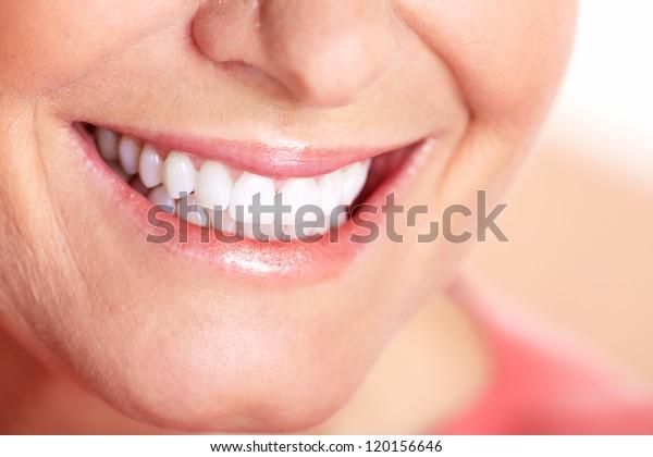 Fröhliche Frau lächelt. Zahnpflege. Weiße Zähne.