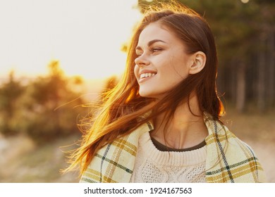 Frohe Frau Sonnenuntergang Reisen Tourismus warmer Pullover