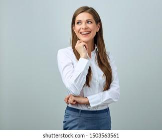 Fröhliche Frau mit weißem Hemd. Einzelporträt junger Geschäftsfrau.