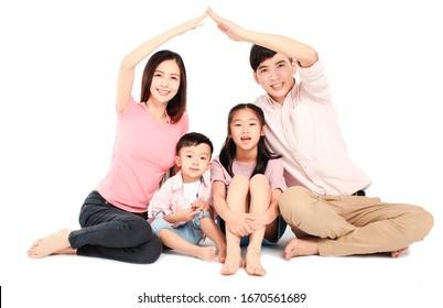 jeune famille asiatique heureuse assise sur le sol avec concept de maison