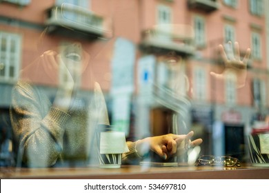 Happy young couple having fun wearing virtual reality glasses in cafe bar with glass reflection - Young people vr using new technology drinking take away coffee - Focus on center hands - Warm filter