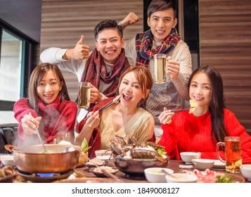 glückliche junge Freunde, die sich im Hot Pot Restaurant amüsieren