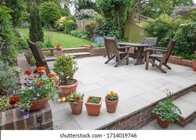 Paisaje duro, nuevo patio de piedra de lujo y jardín de una casa inglesa, Reino Unido