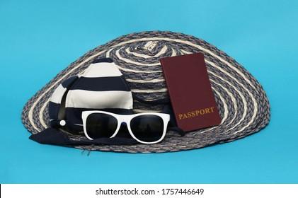 Sombrero, traje de baño, gafas de sol y pasaporte listos para las vacaciones de verano en el extranjero