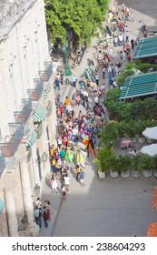 HAVANA, CUBA - DEC 2011: A lot of tourists look performance of street actors