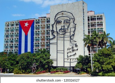 HAVANA - JANUARY, 28: Cuban flag and sculpture of Che Guevara on facade of Ministry of Interior, Plaza de la Revolucion, Havana, Cuba on January 28, 2009, on the 50th anniversay of the revolution.